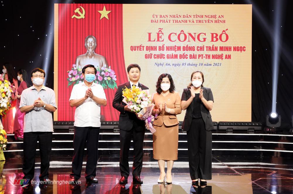 Các đồng chí Uỷ viên BTV Tỉnh uỷ, lãnh đạo UBND tỉnh tặng hoa chúc mừng tân Giám đốc Đài PT-TH Nghệ An.