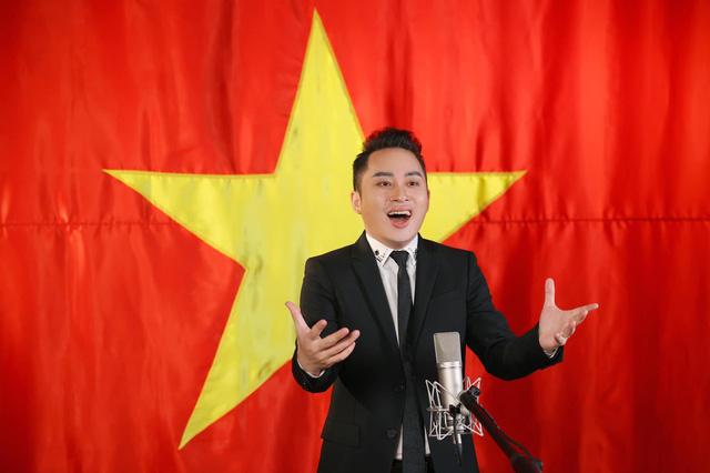 Tùng Dương có phần phối khí, hòa âm mới lạ, giọng hát hào sảng ở MV Tiến quân ca.