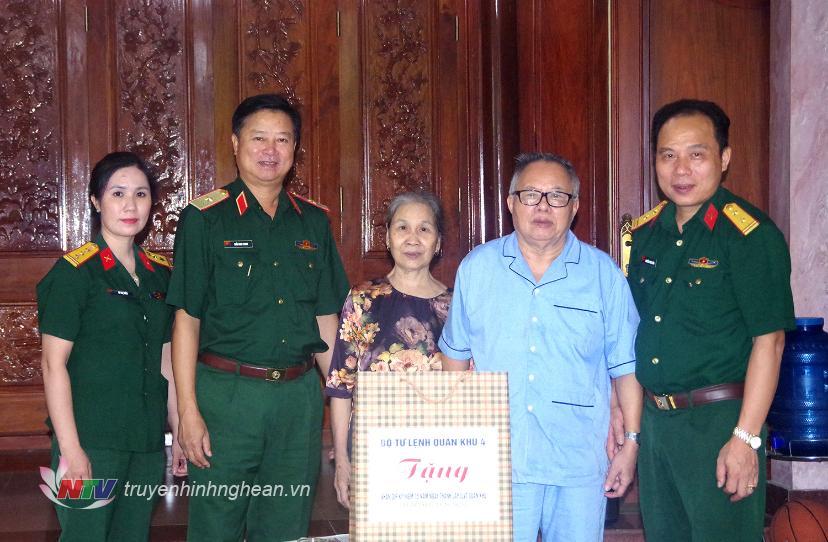 Thiếu tướng Trần Minh Thanh, Chủ nhiệm Chính trị Quân khu trao quà Bộ Tư lệnh Quân khu tặng Trung tướng Phạm Hồng Minh, nguyên Phó Tư lệnh Chính trị Quân khu.