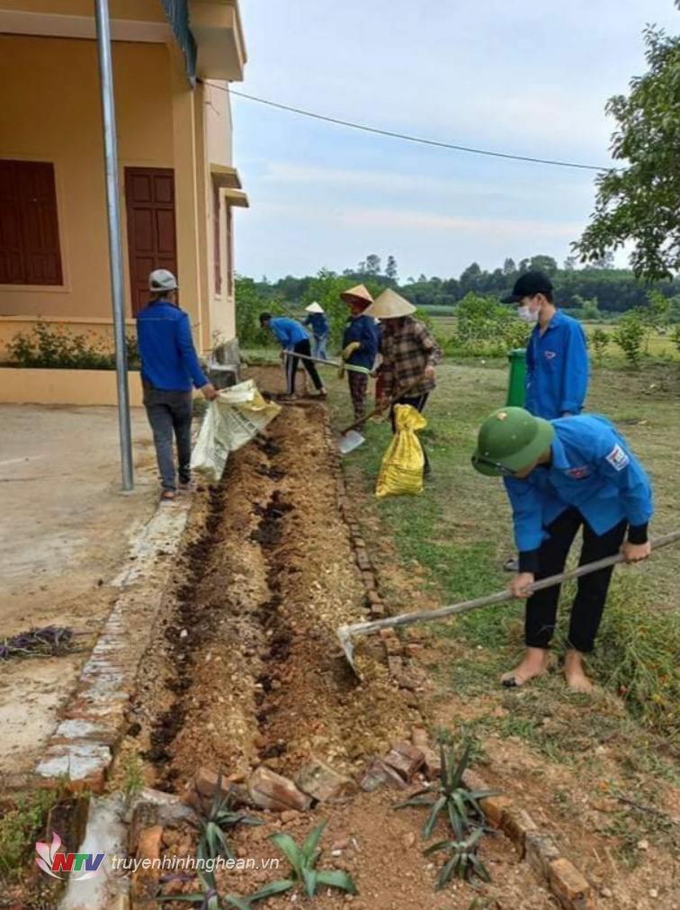 Đoàn xã Nghĩa Lộc trồng hoa ở nhà văn hóa các xóm