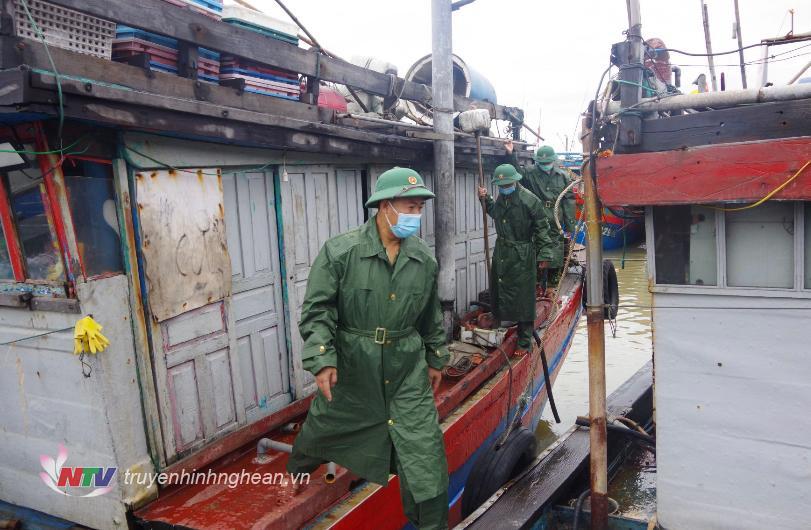 Kiểm tra, vận động người không ở lại trên các phương tiện của ngư dân nhằm đảm bảo an toàn khi bão đổ bộ vào bờ