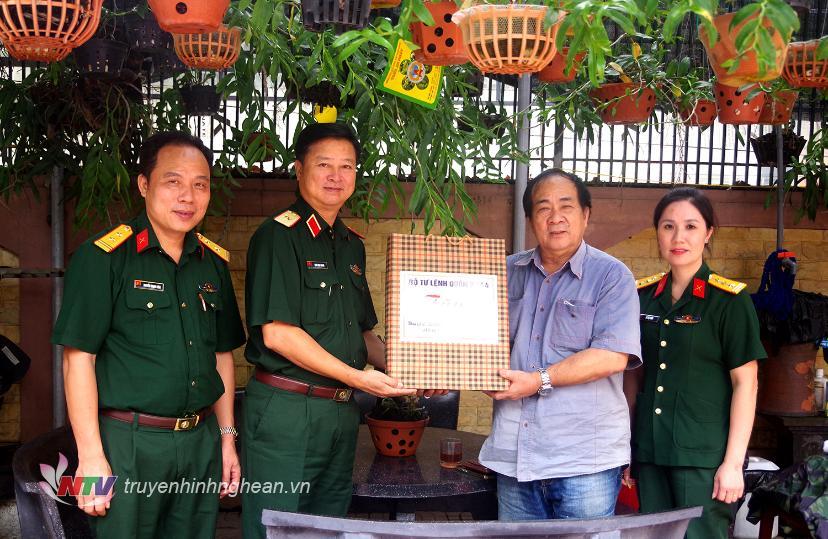 Thiếu tướng Trần Minh Thanh, Chủ nhiệm Chính trị Quân khu trao quà Bộ Tư lệnh Quân khu tặng Trung tướng Đoàn Sinh Hưởng, nguyên Tư lệnh Quân khu.