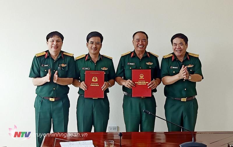 Đại tá Nguyễn Thanh Vân – Cục trưởng và đồng chí Đại tá Vương Kim Hải – Chính ủy Cục Hậu cần trao Quyết định công tác cán bộ Quý 3 năm 2021.