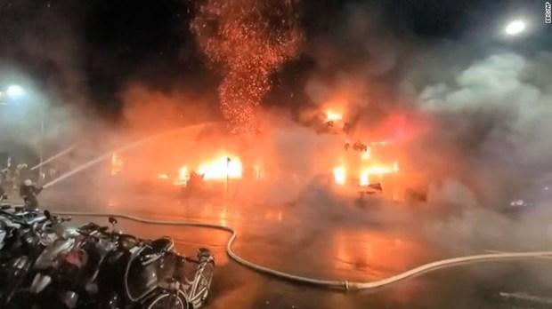 Lính cứu hỏa nỗ lực dập lửa tại tòa nhà ở Cao Hùng, miền nam Đài Loan (Trung Quốc) vào ngày 14/10/2021. (Nguồn: cnn.com)