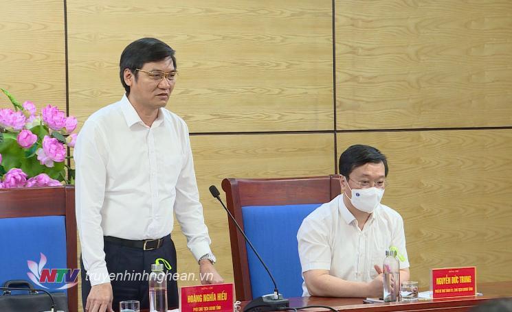 Phó chủ tịch UBND tỉnh Hoàng Trung Hiếu báo cáo tại cuộc họp.
