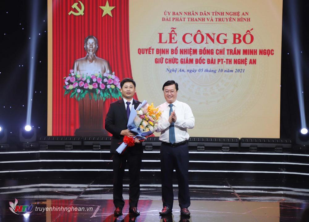 Chủ tịch UBND tỉnh Nguyễn Đức Trung trao Quyết định bổ nhiệm cho đồng chí Trần Minh Ngọc.