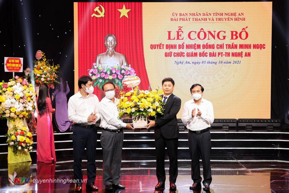 Các đồng chí trong Thường trực HĐND tỉnh tặng hoa chúc mừng tân Giám đốc Đài PT-TH tỉnh.