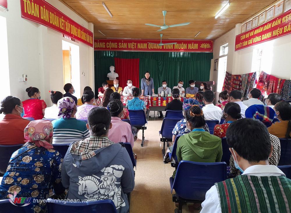 , Bà Lô Thị Kim Ngân, định hướng Cấp ủy, chính quyền địa phương về tìm đầu ra cho sản phẩm truyền thống của thổ cẩm của Kỳ Sơn nói chung.