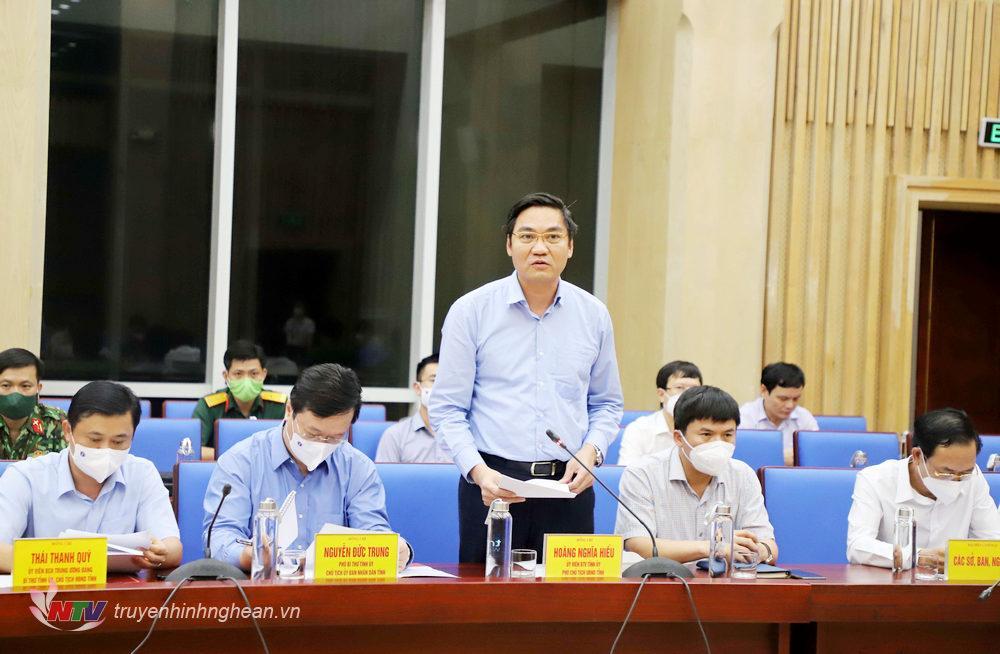 Phó Chủ tịch UBND tỉnh Hoàng Nghĩa Hiếu báo cáo tại cuộc làm việc.