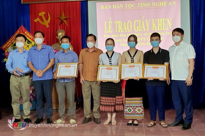 Trao thưởng cho học sinh dân tộc thiểu số ở huyện Con Cuông đạt thành tích cao.