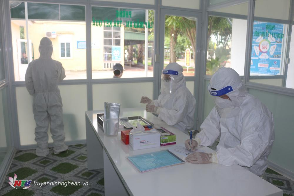 Phòng khám được trang bị đầy đủ thiết bị, vật tư y tế, hóa chất và sinh phẩm theo quy định của Bộ Y tế.