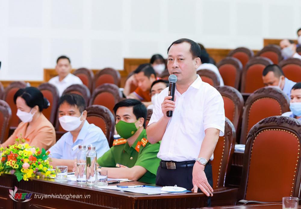 Đồng chí Phan Đức Đồng - Uỷ viên BTV Tỉnh uỷ, Bí thư Thành uỷ Vinh giải trình một số vấn đề tại buổi tiếp xúc.