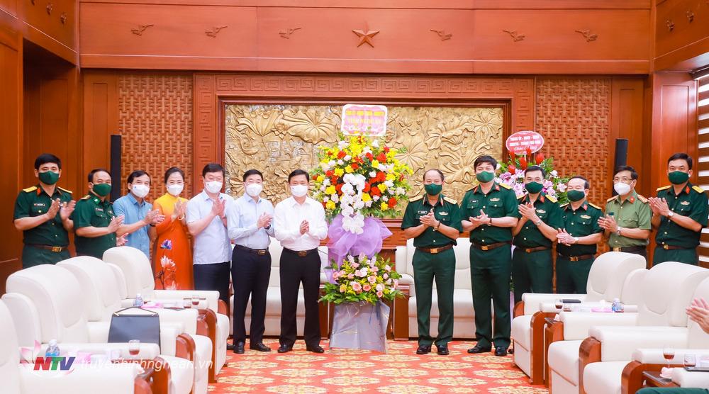 Các đồng chí lãnh đạo tỉnh Nghệ An tặng hoa chúc mừng Đảng ủy, Bộ Tư lệnh Quân khu 4 nhân kỷ niệm 76 năm Ngày truyền thống lực lượng vũ trang Quân khu 4.