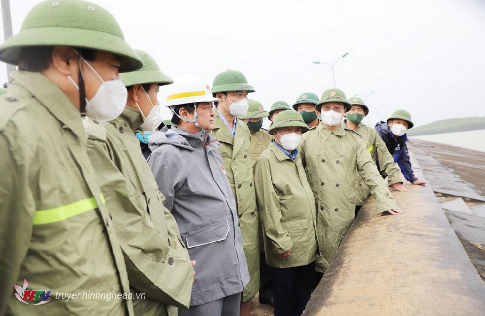 Bộ trưởng Bộ Nông nghiệp và PTNT cùng đoàn công tác đến kiểm tra tại hồ Vực Mấu.