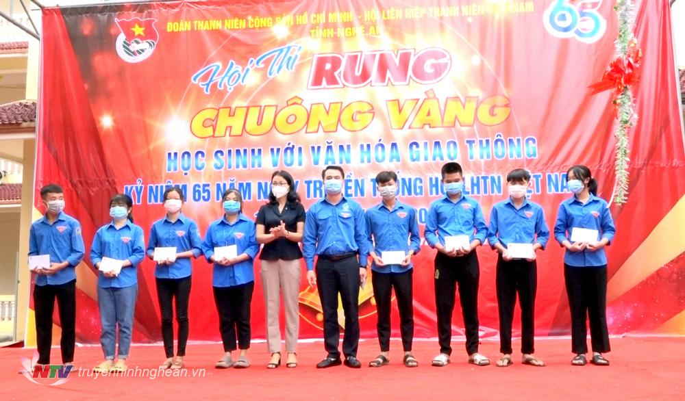 Trao 10 suất quà khuyến học cho học sinh nghèo vượt khó học giỏi của Trường THPT Bắc Yên Thành