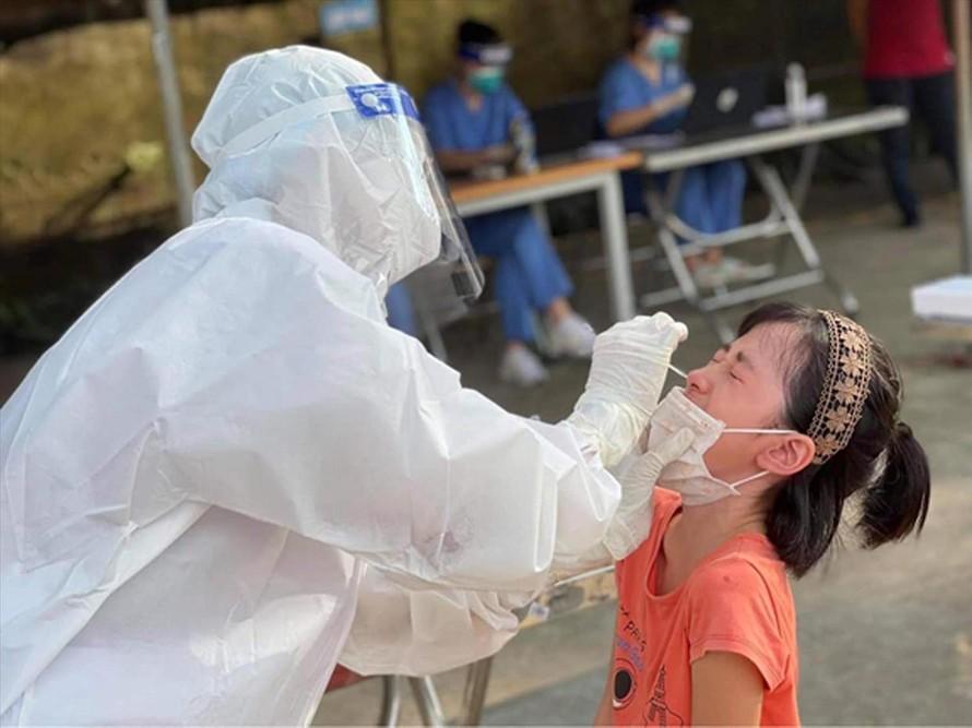 Chuẩn bị tiêm vắc xin phòng COVID-19 cho trẻ em.
