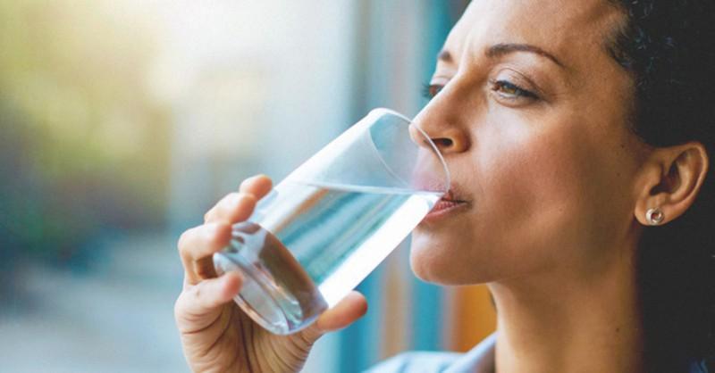 Làm chậm quá trình lão hóa: Độc tố trong cơ thể sẽ thúc đẩy quá trình lão hóa diễn ra nhanh hơn. Vì vậy, uống nước giúp cơ thể thải độc đồng thời làm tăng độ đàn hồi của làn da.