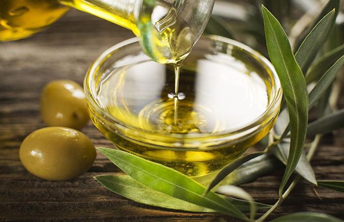 Người Ai Cập cổ đại sử dụng dầu ô liu như một trong các thành phần trong mỹ phẩm. Các axit béo trong dầu ô liu giúp duy trì sự liên hết bề mặt da, làm liền các vết thương, có các thành phần kháng viêm và chống oxy hóa, bảo vệ làn da trước tác động từ bên ngoài, ngăn ngừa hình thành sẹo, cấp ẩm cho da.