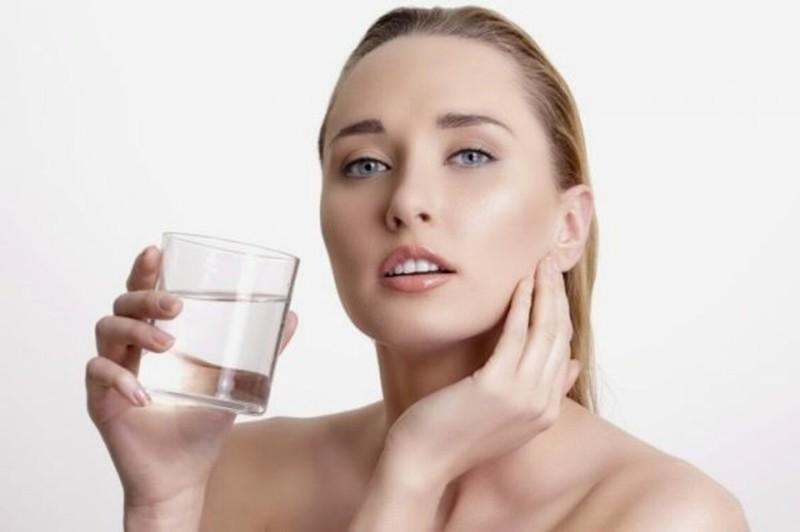 Cải thiện làn da: Mất nước gây ra nếp nhăm sớm và lỗ chân lông sâu trên da. Trong một nghiên cứu, người ta phát hiện ra rằng uống 500ml nước khi đói làm tăng lưu thông máu trên da và làm sáng da.
