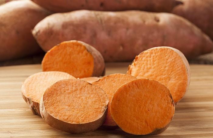 Khoai lang giàu vitamin A, B6, B3, B2, B1, biotin, các khoáng chất, chất xơ, carotenoids. Carotinoid trong khoai lang là chất chống oxy hóa. Ăn khoai lang sẽ giúp bạn làm mềm da và thải độc da.