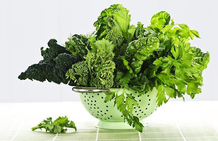 Các loại rau lá xanh đậm như cải xoăn, rau bina, súp lơ xanh, bắp cải… đều giàu vitamin A, B, C, K cùng các khoáng chất và chất xơ. Chúng cũng giàu chất kháng viêm, kháng khuẩn giúp làm lành da khô và mẩn ngứa, cải thiện tuần hoàn và thải độc da.