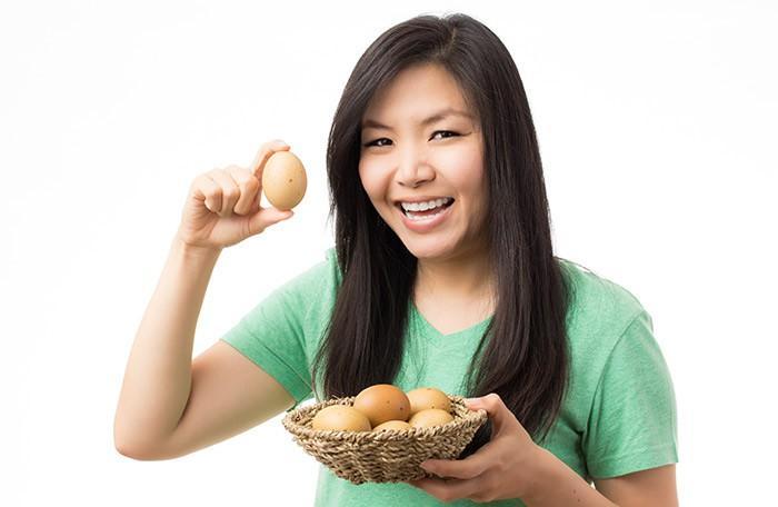 Trứng giàu vitamin A, D, E và folate, choline, protein, các axit béo omega 3 và 6, các khoáng chất. Thường xuyên ăn trứng sẽ giúp bạn khắc phục tình trạng khô da.