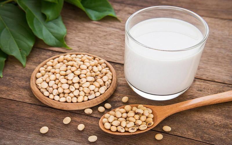 Sữa đậu nành: Do trong đậu nành sống có thành phần độc tố, vì vậy nếu sữa đậu nành không được nấu chín khi sử dụng cũng có thể dẫn đến ngộ độc. Sữa đậu nành phải được nấu chín, đun nóng đến 100° C trong khoảng 10 phút.