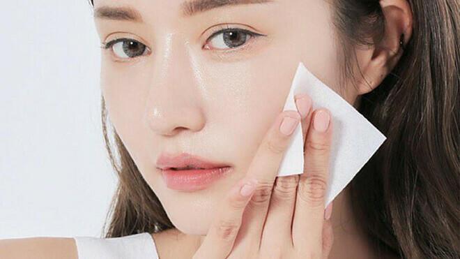 Sau 30 phút mà lớp kem dưỡng trên da vẫn còn cảm giác nhờn dính chứng tỏ làn da đang bị quá tải.