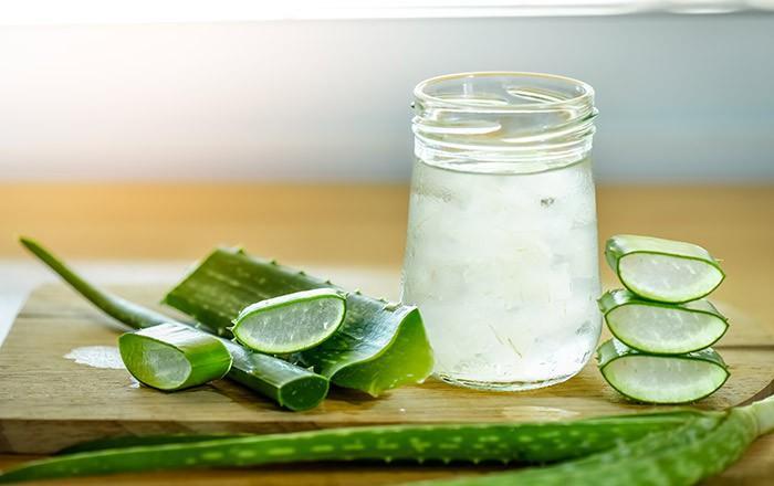 Lô hội có rất nhiều lợi ích đối với làn da và điều trị khô da chỉ là 1 trong số đó. Lô hội có chứa lipid, nước, vitamin A, C, E, B12, choline, các khoáng chất như kẽm, đồng, magie, kali, selen, chrom, canxi và axit amino... Lô hội có các chất chống oxy hóa, kháng khuẩn, kháng viêm. Nó giúp tái cấp ẩm, dưỡng ẩm và làm mềm da, làm chậm quá trình lão hóa và bảo vệ da trước tia UV.