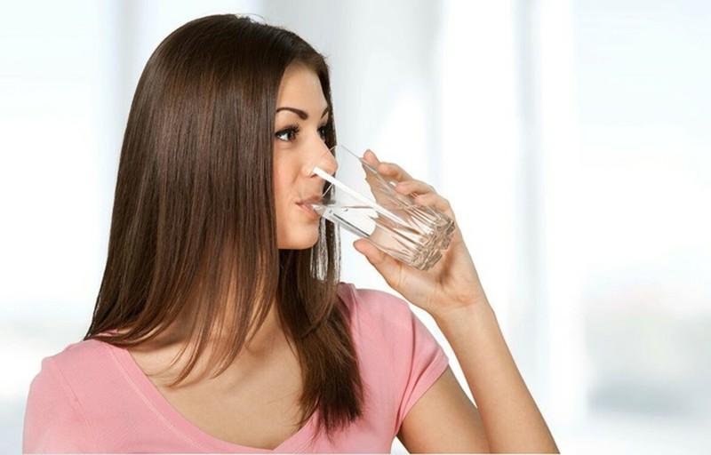 Giúp tóc trơn, bóng và khỏe mạnh: Mất nước có thể có ảnh hưởng nghiêm trọng lên sự phát triển của tóc. Hấp thu đủ không đủ nước có thể khiến sợi tóc giòn và mảnh. Nếu bạn uống nước khi đói, bạn có thể cải thiện chất lượng tóc.