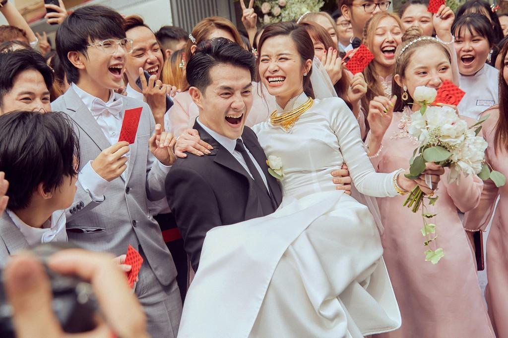 Khoảnh khắc hạnh phúc của cặp đôi bên dàn phù dâu, phù rể và người hâm mộ.