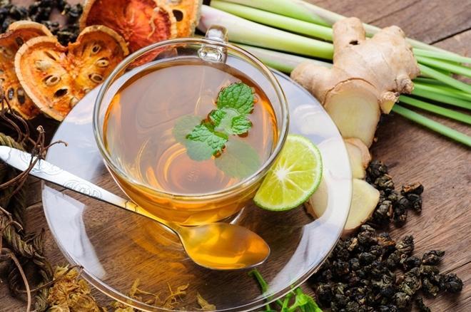 Trà thảo mộc  Trà dâm bụt, trà hoa hồng hay hoa cúc là thức uống dưỡng ẩm tuyệt vời cho mùa đông. Trà thảo mộc không chứa caffeine nên không chỉ giúp giữ nước cho cơ thể mà còn xua tan căng thẳng, mệt mỏi.