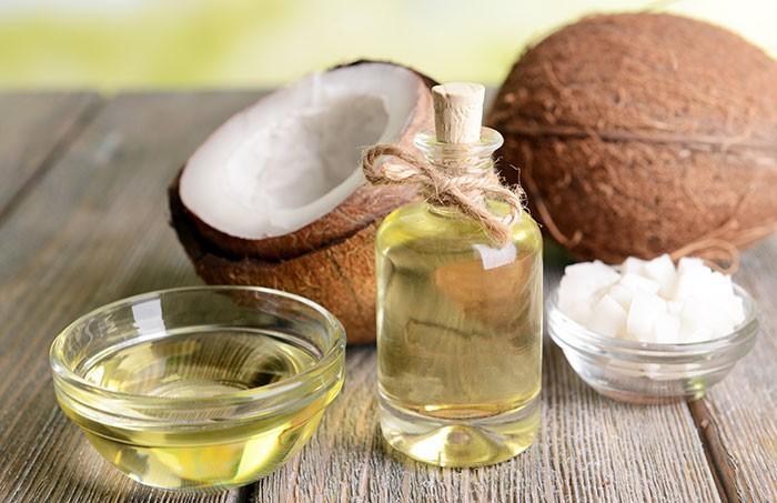 Dầu dừa đã được sử dụng hàng ngàn năm qua để trị các vấn đề về da và tóc. Thực tế, chuỗi axit béo trung hòa đặc trưng của nó cũng có lợi ích trong việc giảm cân và tiểu đường tuýp 2. Dầu dừa có nhiều vitamin E và K, các chất béo có lợi và protein. Nó còn có các thành phần kháng viêm, kháng khuẩn, chống oxy hóa. Dầu dừa có thể cung cấp cho làn da lượng chất béo phù hợp và nuôi dưỡng làn da, làm mềm và mịn da.