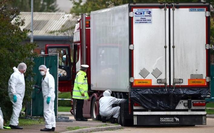 Nhân viên pháp y khám xét xe container ở Waterglade ngày 23/10. Ảnh: AFP.