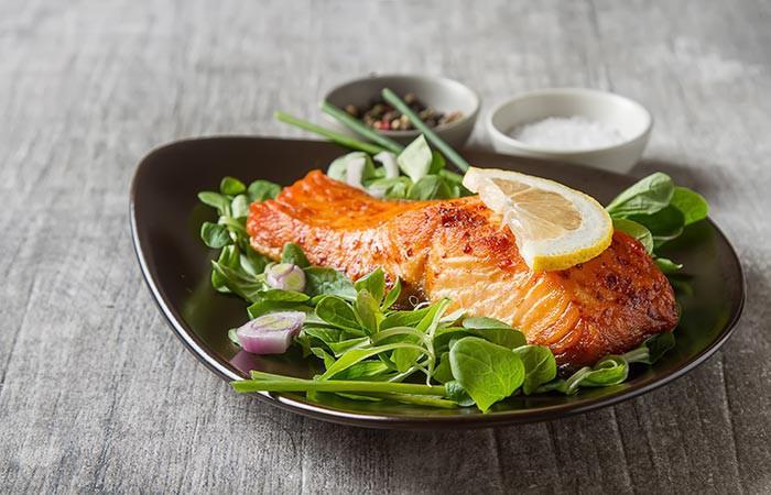 Các loại cá nước lạnh như cá thu, cá hồi, cá ngừ, cá trích có nhiều lợi ích cho sức khỏe. Các loại cá này giàu axit béo omega-3 và có tỷ lệ omega-3 và omega-6 được khuyến cáo (1-1). Ăn các loại cá này sẽ giúp kháng viêm, thải độc và khóa ẩm cho làn da. Nhờ đó làn da trông khỏe khoắn, rạng rỡ và mềm mịn hơn.