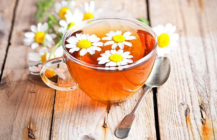 Trà hoa cúc giàu vitamin A, folate, các khoáng chất. Trà hoa cúc có các thành phần kháng viêm, làm dịu làn da khô rát. Nó cũng chứa các thành phần chống ô-xi hóa giúp thải độc, cho phép các tế báo hoạt động đúng chức năng.