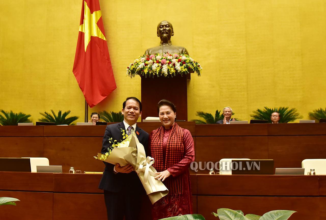 Chủ tịch Quốc hội Nguyễn Thị Kim Ngân chúc mừng đồng chí Hoàng Thanh Tùng.