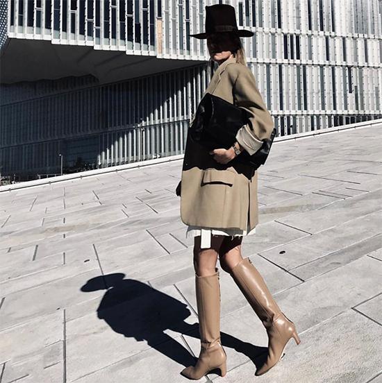 Khi theo đuổi phong cách mix đồ nhiều layer, các nàng có thể tận dụng những kiểu áo vest, blazer mùa hè thu để mix đồ đông.