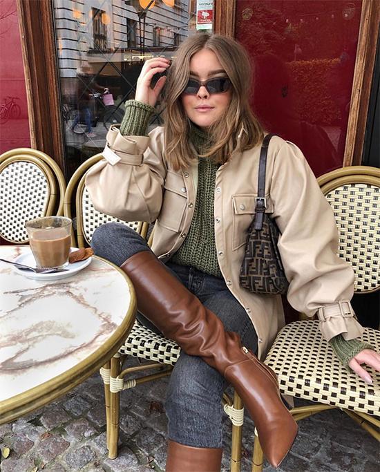 Bốt cao cổ và quần jean ống ôm luôn là cặp bài trùng lý tưởng trong mùa đông. Cách phối đồ này có ưu điểm vượt trội trong việc tôn chiều cao cho người mặc, đồng thời giúp phái đẹp trở nên cá tính hơn.