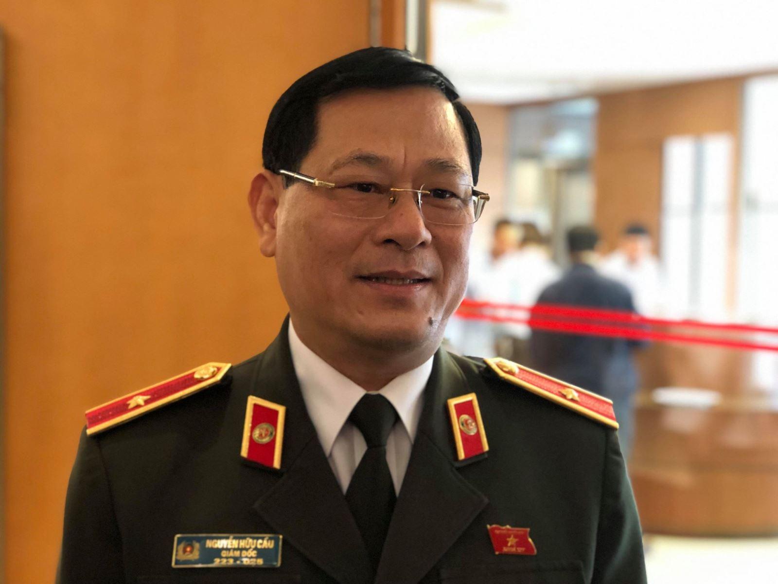 Thiếu tướng Nguyễn Hữu Cầu, Giám đốc Công an tỉnh Nghệ An, đại biểu Quốc hội tỉnh Nghệ An cung cấp thông tin cho báo chí bên hành lang Quốc hội sáng 5/11.