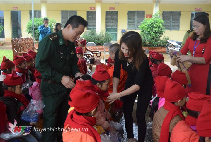 Hàng nghìn suất quà, áo ấm được trao tặng cho học sinh khu vực biên giới.
