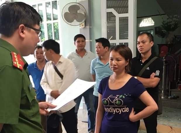 Bà Trần Thị Hiền bị cơ quan chức năng đọc lệnh bắt giữ.