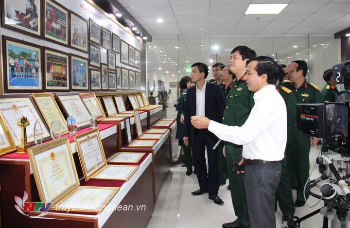 Đoàn cán bộ Bộ Chỉ huy quân sự tỉnh tham quan phòng Truyền thống của Đài.