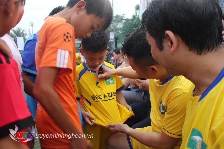 Các cầu thủ tranh thủ nghỉ giải lao ký tặng các CĐV.