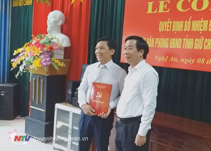   Đồng chí Lê Đức Cường - Trưởng Ban Nội chính Tỉnh ủy trao Quyết định điều động, bổ nhiệm Phó Trưởng ban Nội chính Tỉnh ủy Nghệ An.  