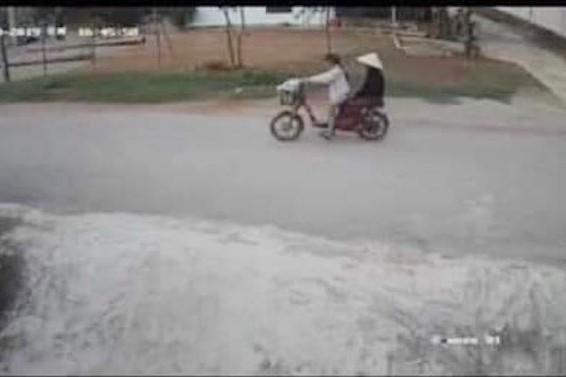 Camera của người dân ghi được cảnh cháu Tâm chở bà nội bằng xe đạp điện trước khi bị mất tích. Ảnh: Zing