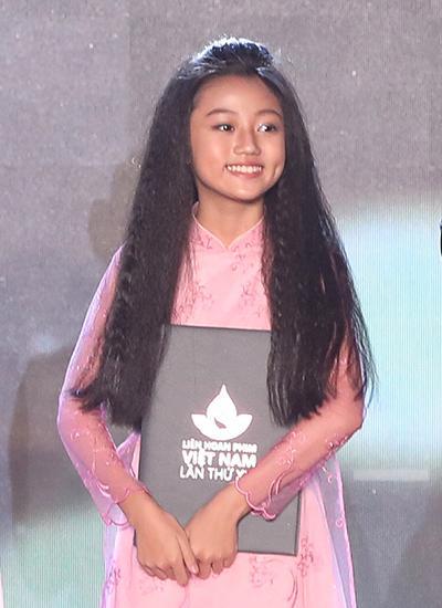 """Bé Cát Vi (giữa) của phim """"Hai Phượng"""" thắng giải Nữ diễn viên phụ xuất sắc với vai con gái nhân vật chính (Ngô Thanh Vân đóng). Lần thứ hai liên tiếp ở LHP Việt Nam giải này thuộc về một sao nhí."""