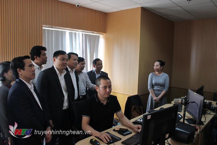 Đoàn tham quan Phòng sản xuất chương trình phát thanh.