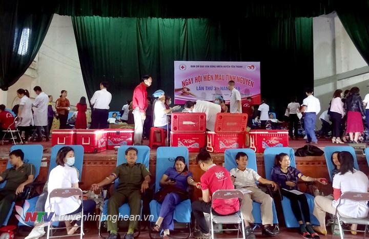 Ngày hội hiến máu thu hút gần 1.000 tình nguyện viên tham gia.