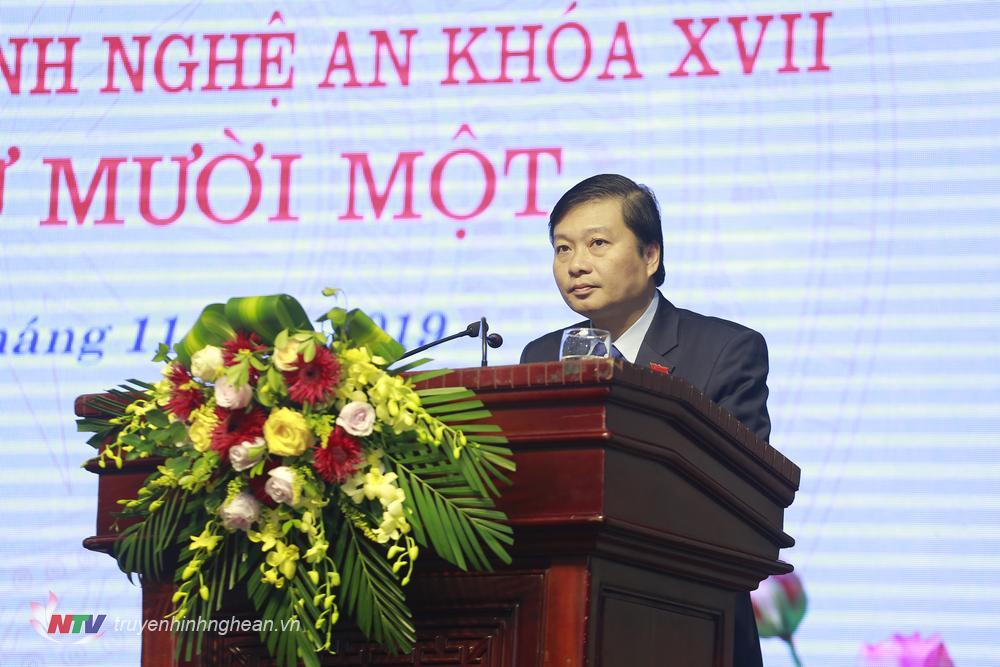 Đồng chí Lê Hồng Vinh - Ủy viên BTV, Phó Chủ tịch UBND tỉnh trình bày báo cáo tóm tắt nội dung các tờ trình, dự thảo Nghị quyết do UBND tỉnh trình kỳ họp.